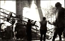 [Montaż masztu radiowo-telewizyjnego na wieży Bismarcka w Mrągowie. 1]