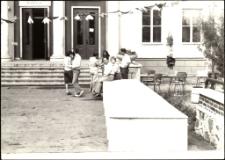 [Przygotowania do imprezy przed domem kultury w Mrągowie. 1]