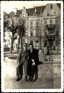 [Przy fontannie na Placu Wyzwolenia w Mrągowie. 1]