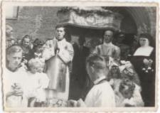 [Wyjście procesji Bożego Ciała z katedry św. Jakuba w Olsztynie w 1946 r. 2]