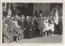 [Wierni przed procesją Bożego Ciała w Olsztynie w 1946 r.]