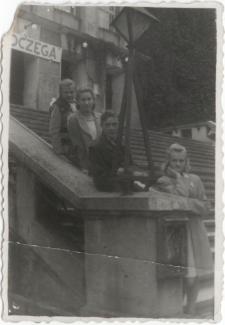 [Na schodach Teatru im. Stefana Jaracza w Olsztynie. 2]
