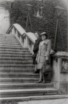 [Na schodach Teatru im. Stefana Jaracza w Olsztynie. 4]