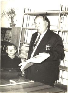 [Spotkanie autorskie z Karolem Małłkiem w Powiatowej i Miejskiej Bibliotece Publicznej w Mrągowie 1965]
