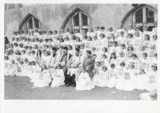 [Grupa dziewcząt przystępujących do Pierwszej Komunii Świętej w parafii Najświętszego Zbawiciela i Wszystkich Świętych w Dobrym Mieście. 2]