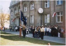 [Wciągnięcie na maszt flagi Unii Europejskiej w Mrągowie 2004. 2]
