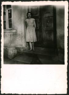 [Na schodach domu przy ul. Wolności 18]
