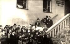 [Na schodach mrągowskiego ratusza. 1]