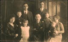 [Stefania i Józef Przybylscy z córką Krysią, Bolesław Przyjemski z zaprzyjaźnioną rodziną z dziećmi]