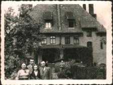 [Przybylscy wiosną 1939 przed domem w Lidzbarku]