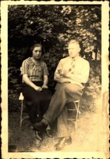 [Kobieta i mężczyzna w ogrodzie. 1]