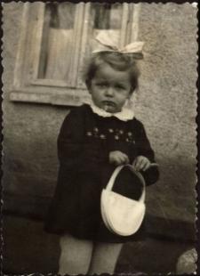 [Dziewczynka z torebką. 1]