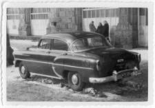 [Chevrolet przed olsztyńskim ratuszem. 2]