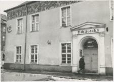 [Wejście do wypożyczalni Wojewódzkiej Biblioteki Publicznej w Olsztynie w Starym Ratuszu]