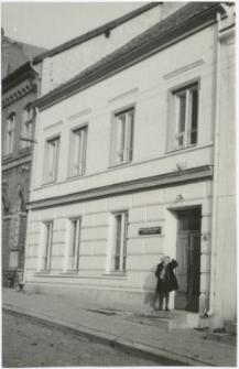 [Wejście do budynku Powiatowej i Miejskiej Biblioteki Publicznej w Lidzbarku Warmińskim]