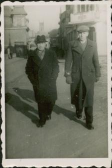 Jan i Jerzy Rurak na ulicy Ratuszowej w Mrągowie