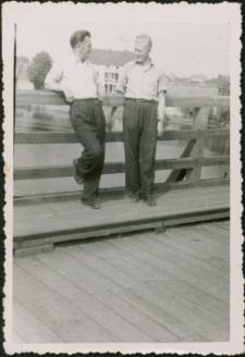 [Mężczyźni na moście w Mikołajkach 1956]